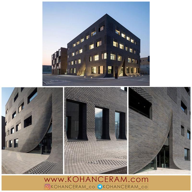 معماری و طراحی نمای ساختمان MU:M با آجر مشکی
